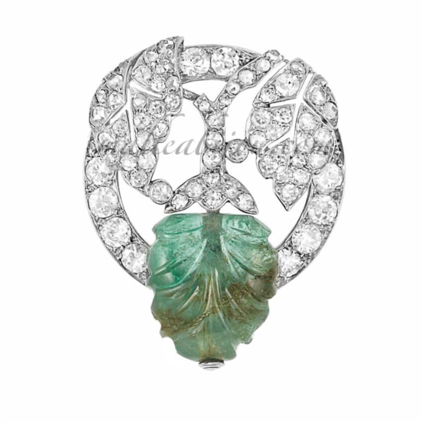 Broche diamants et émeraude montée sur platine